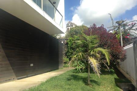 Quarto em casa com jardim e piscina, Fajã de Baixo