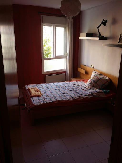 Habitación en ambiente privado con cama doble (matrimonial) para gente Alta 200x140cm. Baño en suite.