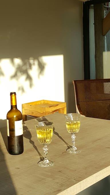 boire un verre à la lumière du soleil couchant