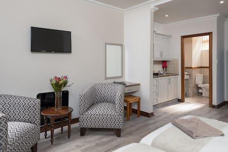 Studio Apartment · Cayley Mountain Resort - Studio Apartment with Patio