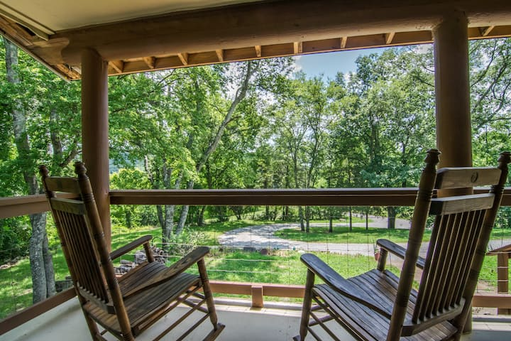 Log Cabin Retreat minutes from Downtown Nashville