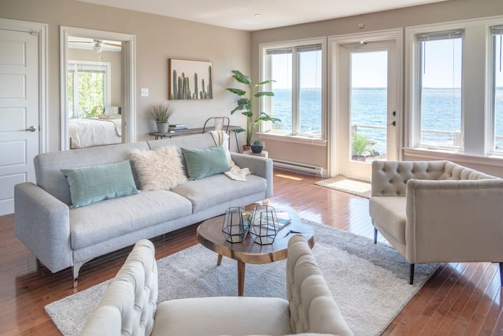 Cosy oceanfront cottage by the beach