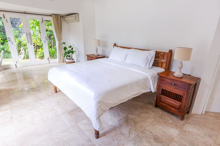 Room 1 in villa with pool, 900m Echo Beach-Canggu