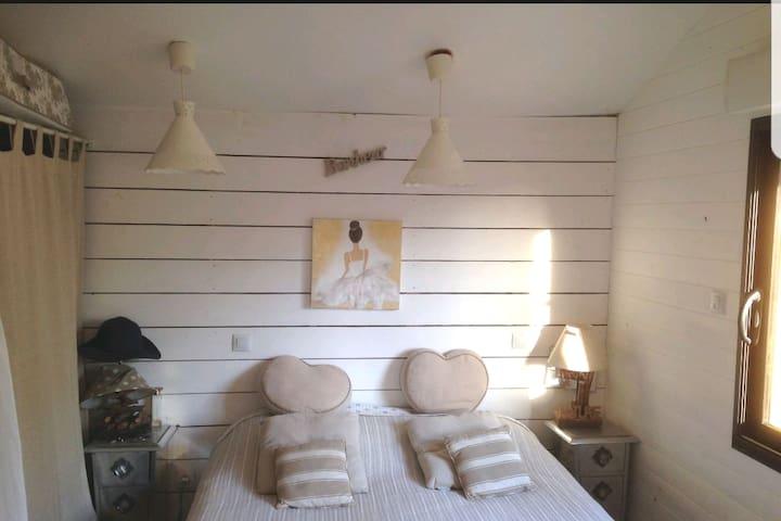 Chambre -lit de 140 placard intégré  Linge de lit fourni
