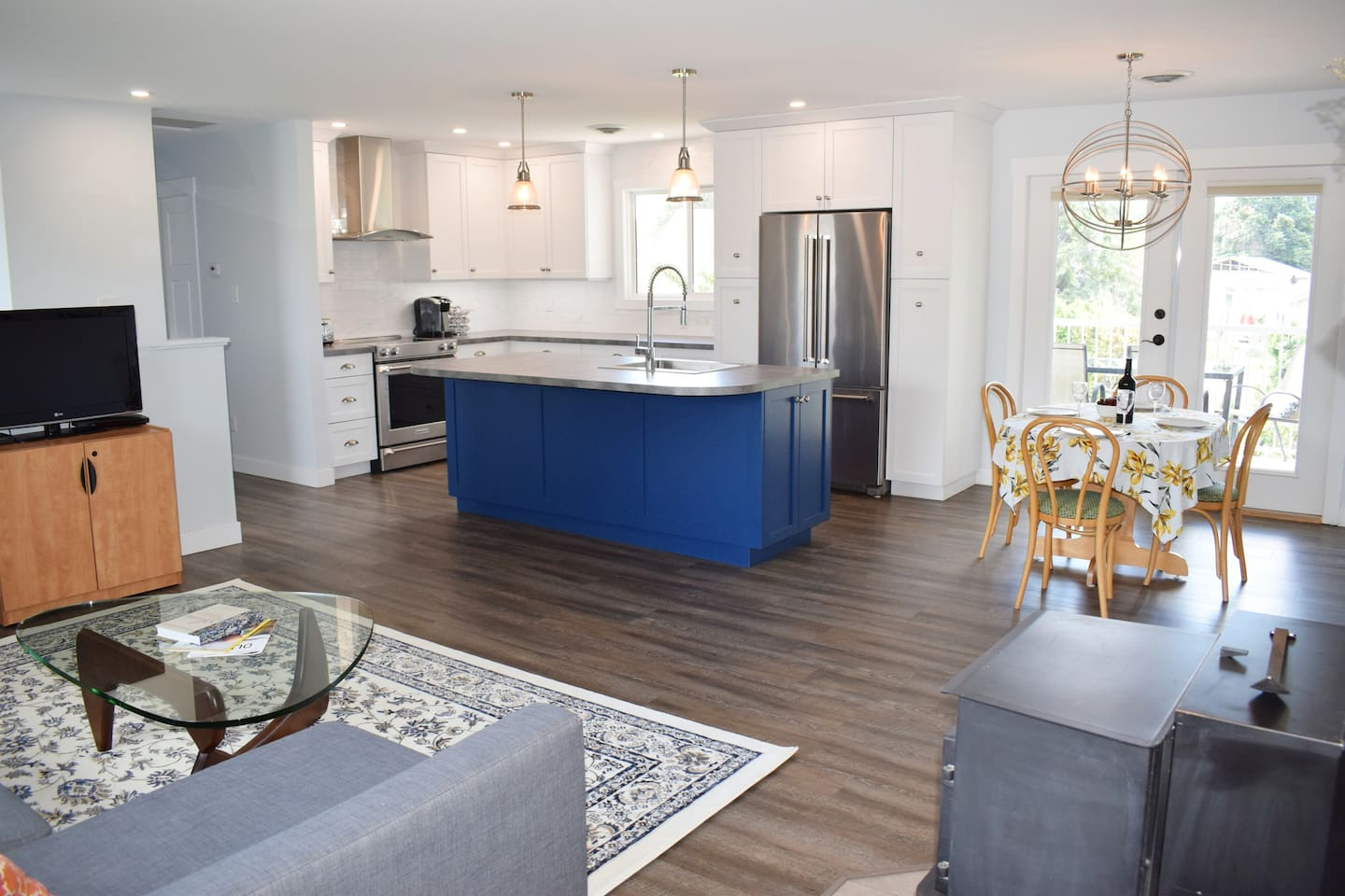 Open concept living - full kitchen with dishwasher