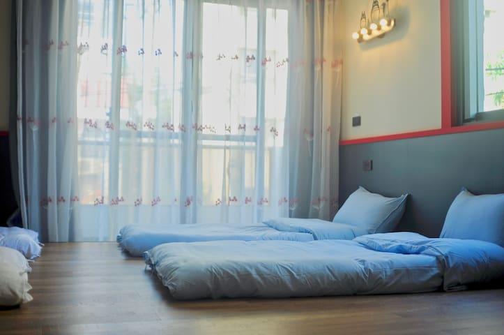 【凹凸宿嬉遊】四人套房   清新亮麗的舒爽客房. 雲林旅遊的最佳導覽員