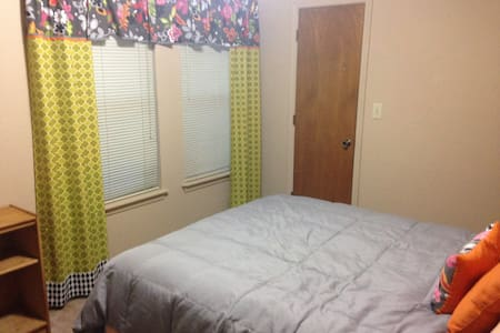 Charming Room in Jenks Neighborhood - Jenks
