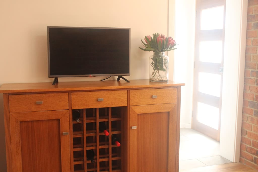 Flat screen tv and wifi access. Private entry to apartment.
