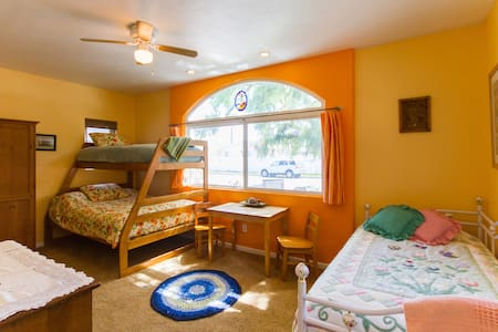 Very Private, Clean, Spacious Guest Room-Sleeps 5!