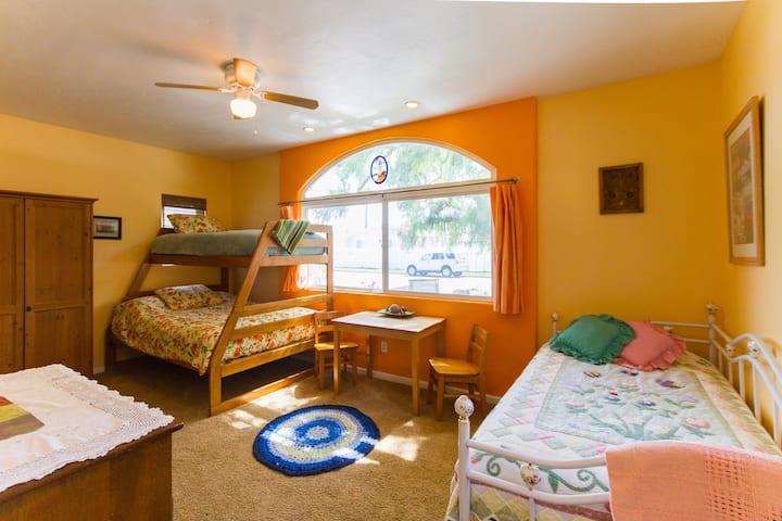 Spacious, Private & Clean Guest Bedroom-Sleeps 5!