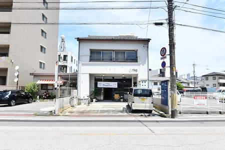 《hostelkochi TAO》 宝永町駅から徒歩5分 シンプルなホステルです。