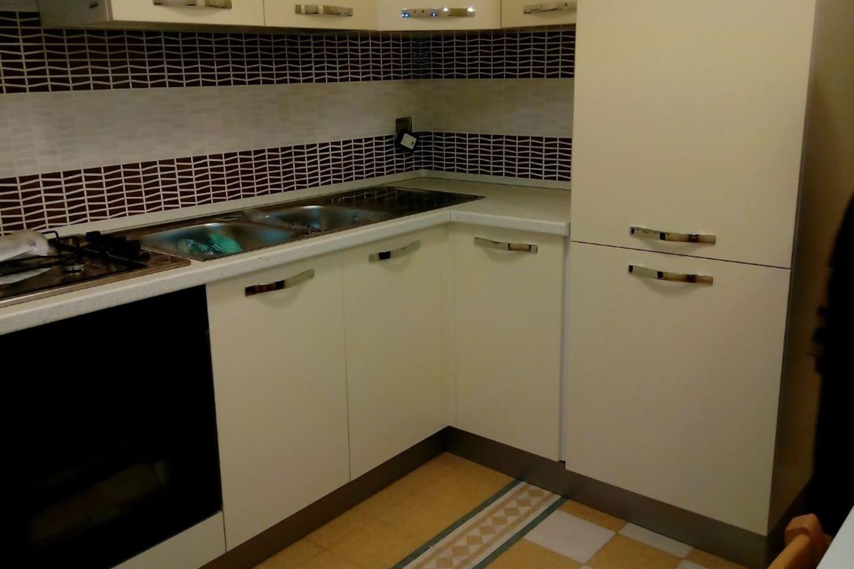 Cucina abitabile completa di lavatrice.