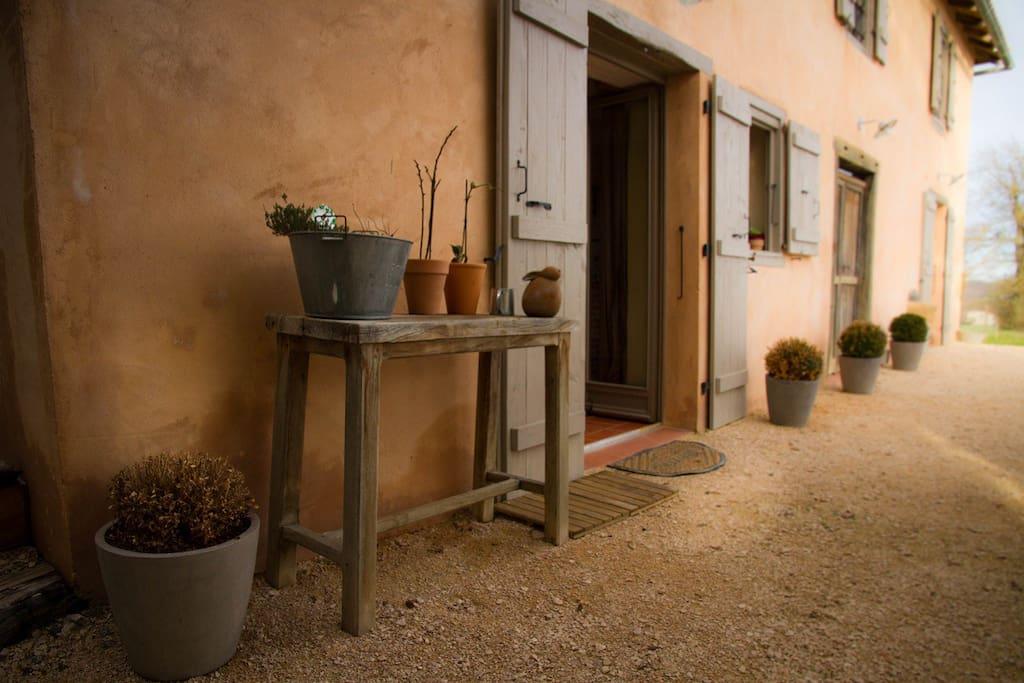 Entrée cuisine donnant sur l'espace    extérieur (700m2)avec salon de jardin