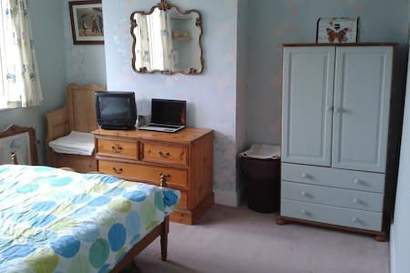 Double room in seaside family home - Worthing