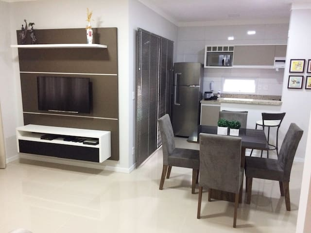 Apartamento novo, confortável e bem localizado.