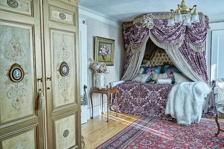 French Bedroom Suite in 1880's Victorian, sleeps 4