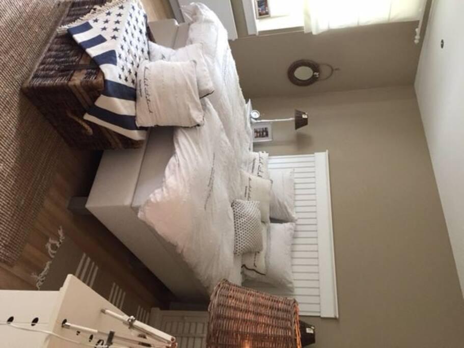 Gemütliches Schlafzimmer mit Boxspringbett 180 x200