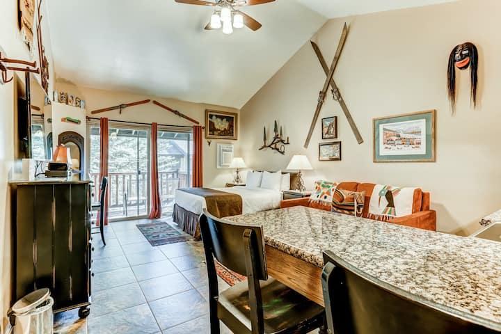 New listing! Charming studio w/ a full kitchen plus a shared pool & hot tub