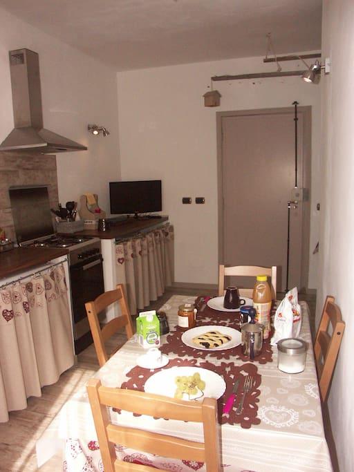 Dettaglio parziale della cucina pranzabile,TV 27