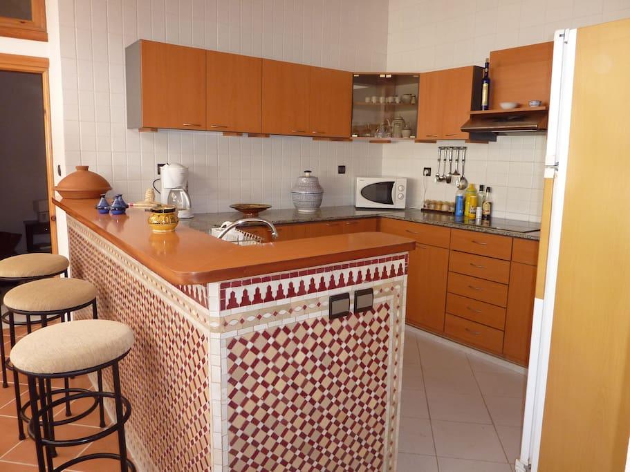 Nous passons beaucoup de temps dans notre cuisine équipée ouverte, nous adorons partager et faire découvrir les multiples saveurs marocaines!