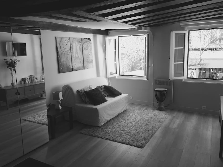 Cosy, light studio located at the sound-proofed 1st floor of a very ancient building.