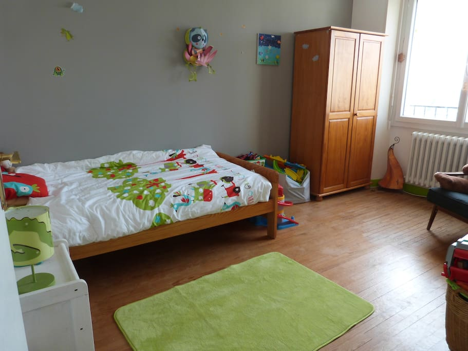 une chambre avec un lit 1 personne