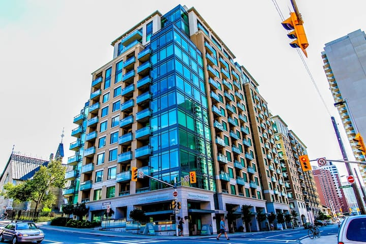1Bedroom + Den Luxury Condo DOWNTOWN Parliament