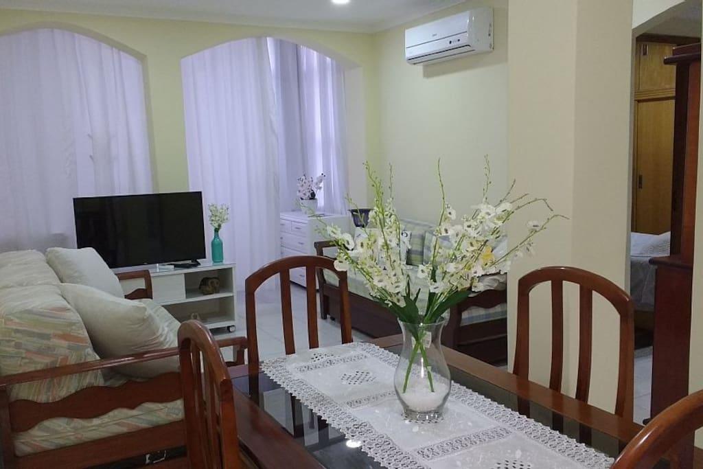 Sala (2 sofás-cama para 4 pessoas + mesa de jantar + tv a cabo + ar-condicionado + ventilador de teto)