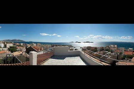 Grande chambre lumineuse vue mer - Marselha - Casa