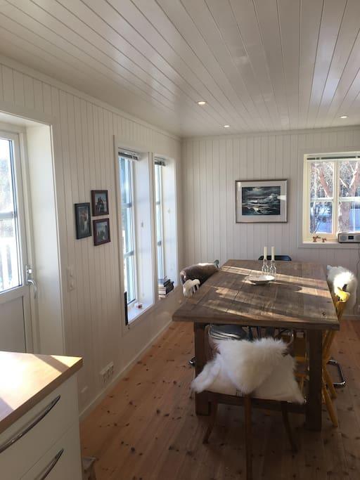 Spisebord i kjøkkendelen av hytta