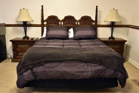 Private Floor Queen Bed & Bathroom