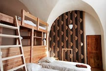 suite familiale composé d'une chambre 3 pers et d'un salon pouvant se transformer en chambre 2 pers