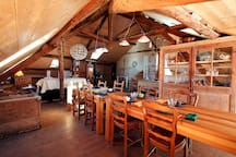 salle conviviale pour les repas et petit dejeuner