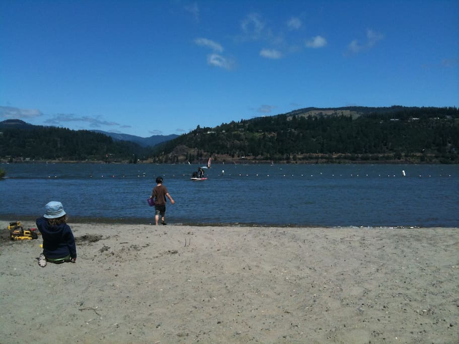 Beach on Columbia River 3 minutes away...