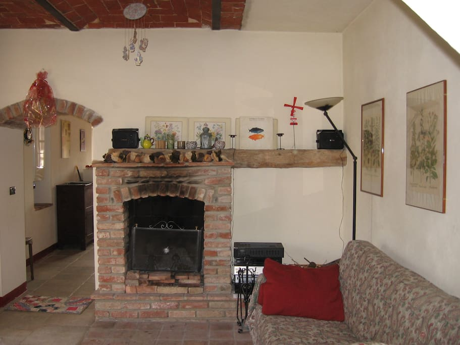 Soggiorno con camino- Living room with chimney