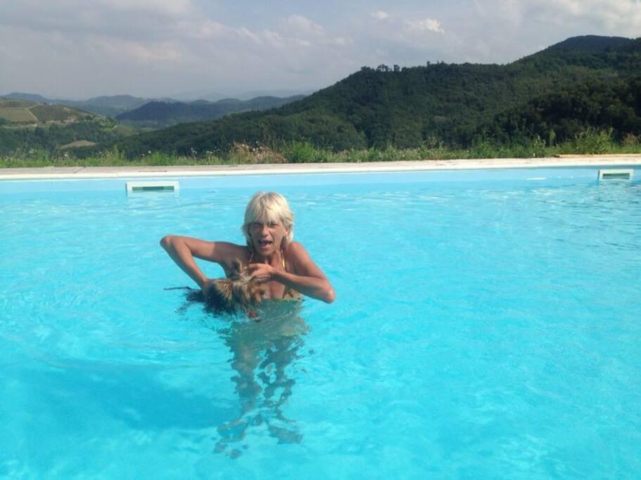 Piscina con acqua salata e anche un peloso a 4 zampe nuota