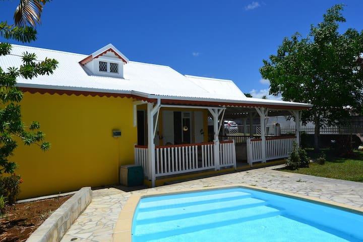 Charmante villa avec piscine, wifi - Lamentin - Huis