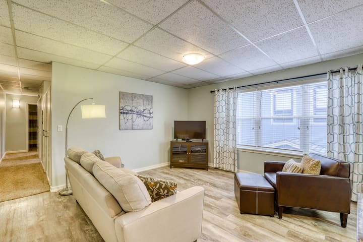 Old Town apartment w/ modern furnishings - close to town and water!