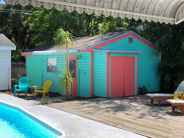 Private Guest House sleeps 4 w/pool & near beach!