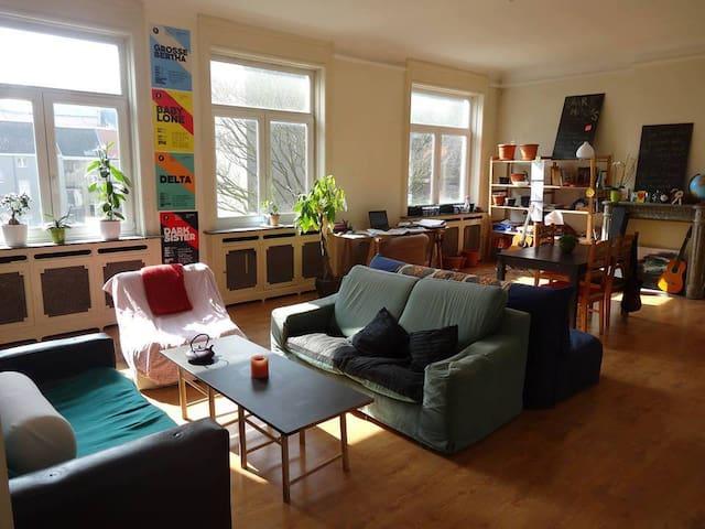 Chambre cosy dans un vaste appartement lumineux