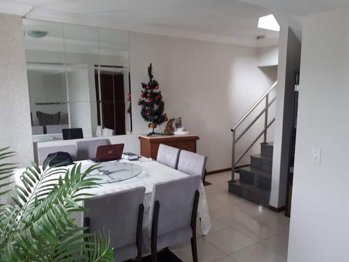 Apartamento completo a 100 m da UFV com 03 suítes.