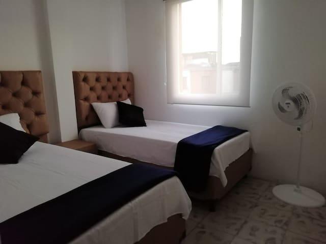 Estas dos camas sencillas se pueden unir para así disponer de otra cama doble para una pareja.