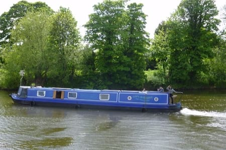 Slow it down and relax on a static narrow boat - The Gloucester and Sharpness Canal - 船