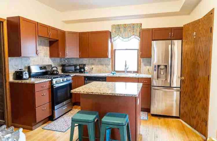 Uptown Studio- Huge kitchen & yard.