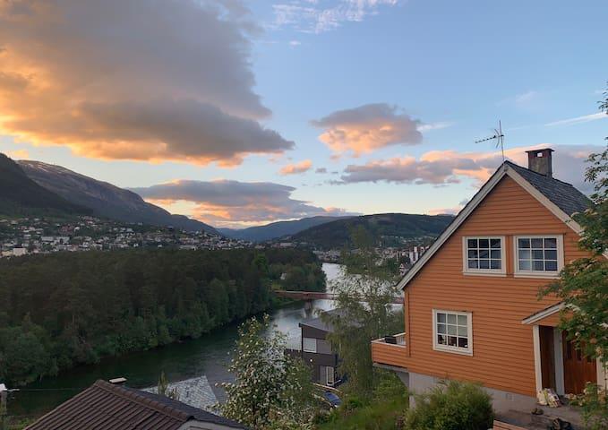 Hjemmekoselig hus med panoramautsikt over Voss