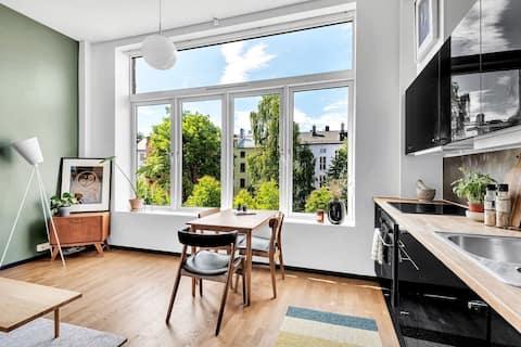Lys studioleilighet med hems