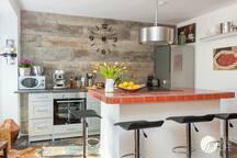 Offene Küche mit Kochinsel .