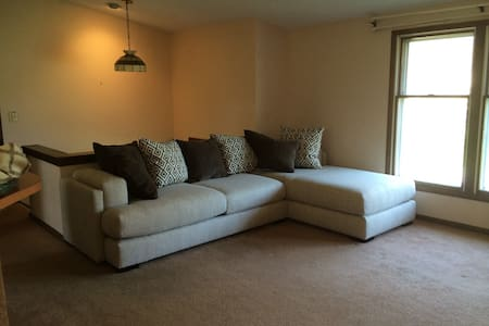 Private guest room in cozy & quiet home - Liverpool - House