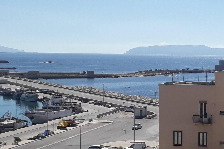 Vista dalla terrazza al 5° piano.... porto peschereccio e isole Egadi