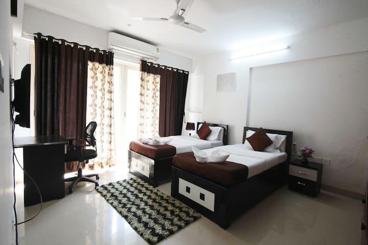 Spacious Pvt rooms-Service apt - Kurla & Bandra